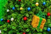 多彩多姿的球,在圣诞树上,为反击背景 — 图库照片