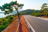 Dobré asfaltové silnici v horách poblíž moře — Stock fotografie