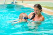 5 years old boy learning to swim with mom — Stock Photo