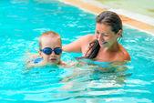 Mom は、プールで泳ぐの息子を教えています。 — ストック写真