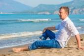 Successful businessman free vacation by the sea — Zdjęcie stockowe
