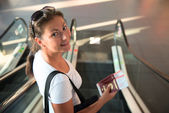Girl with a passport and a ticket is sent to board the aircraft — Stock Photo