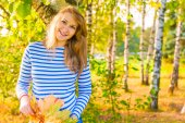 Happy expectant mother walks in autumn park — Stock Photo