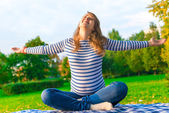 Pregnant girl is preparing for the birth. doing breathing exerci — Stock Photo