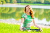 Beautiful slender girl is preparing for yoga on the nature — Foto Stock
