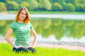 草や美しい笑顔に座っている若い女の子 — ストック写真