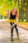 смешная девочка, катающаяся на роликах осенью, паркует тот — Стоковое фото