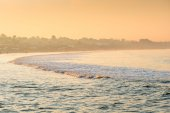 Fog oceanfront in the rays of the rising sun — Stock Photo