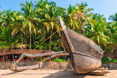 Traditional tropical fishing boat on the beach — Stock Photo