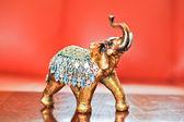 Elefante indiano dorato sul tavolo. statua dell'elefante decorativo. piccolo elefante. — Foto Stock