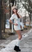 Retrato de mujer joven y hermosa, al aire libre en paisaje de invierno. chica morena sensual en definitiva blanca vestido y piel tapa posando en un parque cubierto de nieve. moda mujer en un día frío — Foto de Stock