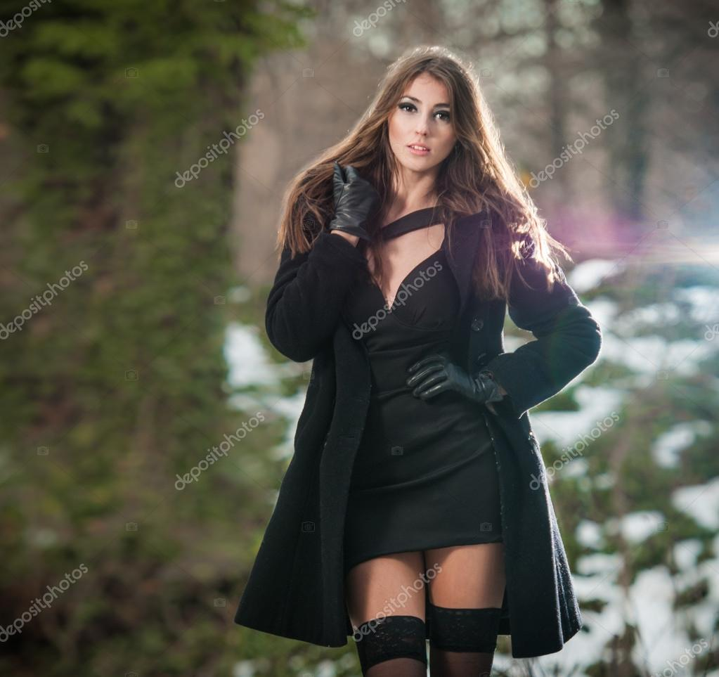 Portrait of young beautiful woman outdoor in winter for Shooting photo exterieur hiver