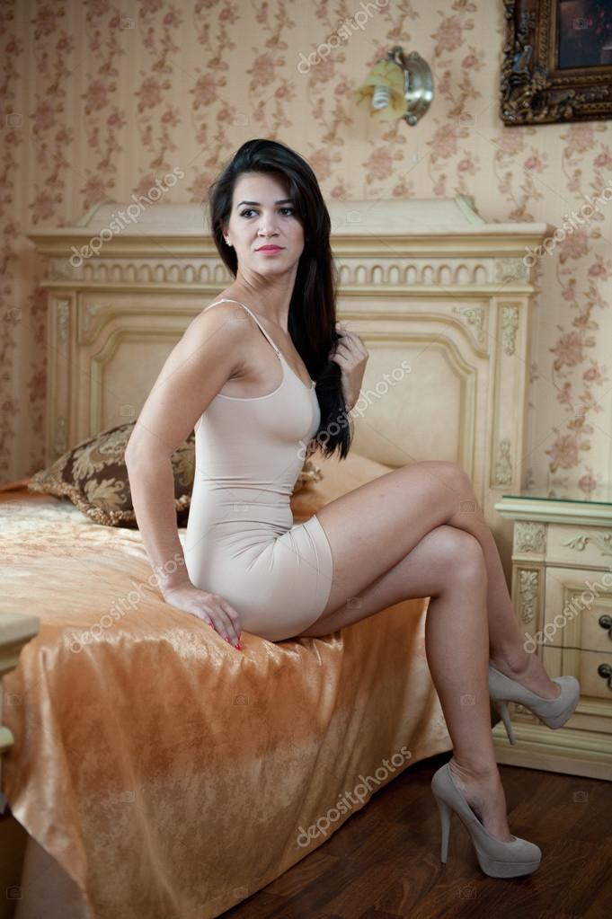 Joven Hermosa Mujer Sexy En Vestido Ajustado Corto Blanco