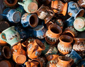 Romanian traditional pottery handcrafted mugs at a souvenir shop. Romanian traditional handcrafted pottery plates and jugs — Stock Photo