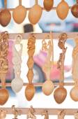 Romanian traditional wooden spoons. Set of handcrafted wooden spoons in a romanian market — Foto de Stock