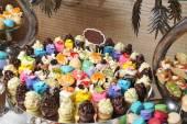 Decoração de casamento com cupcakes de Pastel, merengues, bolos e macarons. arranjo evento elegante e luxuoso com macarons coloridos. sobremesa de casamento com macaroons — Fotografia Stock