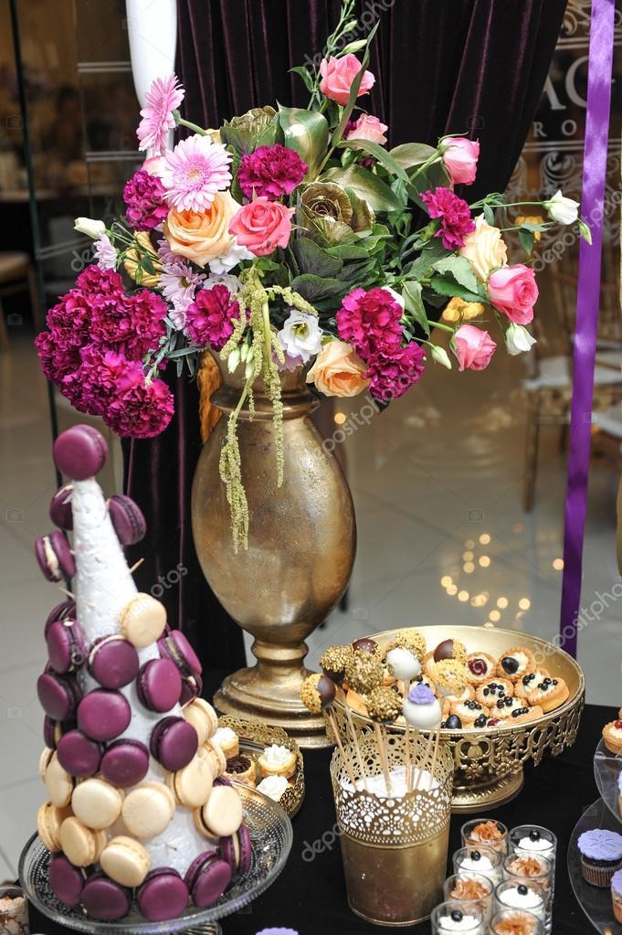 D coration avec des roses multicolores dans un vase de for Decoration avec des roses