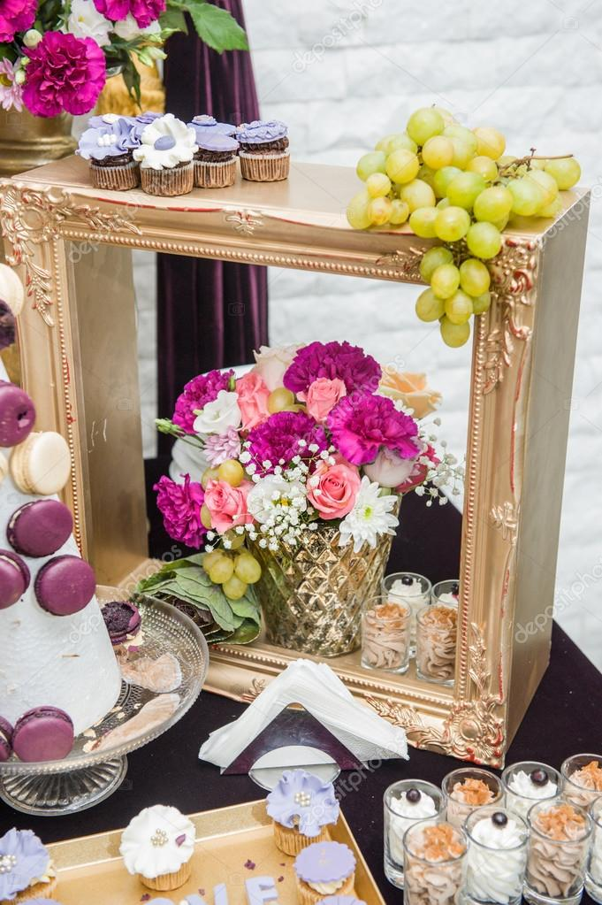 Decoration with pink white and red flowers in golden for Table 20 personnes