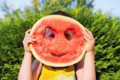 šťastný chlapec s velký meloun — Stock fotografie