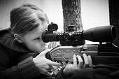 Girl aiming a pneumatic gun — Foto de Stock