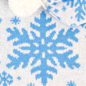 Knitted scarf and hat with snowflakes — Stock Photo