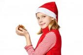Beautyful dziewczyna w czerwonym kapeluszu Santa z złote szyszki — Zdjęcie stockowe