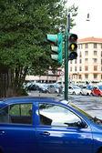 Желтый светофор для пешеходов на перекрестке — Стоковое фото