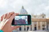 Tourist takes photo camera mobile at cathedral of saint peter in — Stockfoto