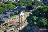 Historical ruins and monuments in streets of Rome — Stock Photo