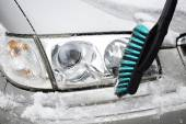 Man cleans car from snow with brush — Stock Photo