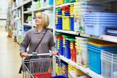 Women shopping in supermarket — Stockfoto
