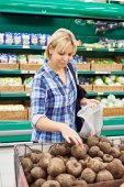 Women buys beets in store — Stock Photo
