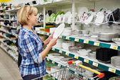 Kadınlar alışveriş sepeti ile plaka mağaza satın — Stok fotoğraf