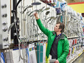 Man shopping for bathroom equipment in shop — Stock Photo