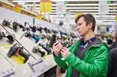 Man shopping for screwdriver in hardware store — Stock Photo
