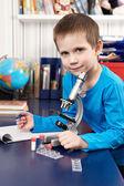 Garçon au microscope à la maison — Photo