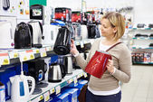 Woman housewife shopping for electric kettle — Stockfoto