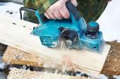 Carpintero con plano eléctrico — Foto de Stock