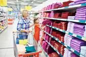 Mother and daughter shopping towels — Stockfoto