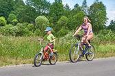 Gelukkig moeder en zoon op fietstocht — Stockfoto