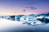 Icebergs floating in Jokulsarlon glacier lake — Stock Photo