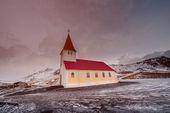 Eski kırmızı ahşap kilise — Stok fotoğraf