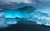 Icebergs at crystal black beach — Stock Photo