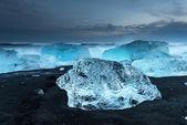Icebergs at crystal black beach — Stock Photo