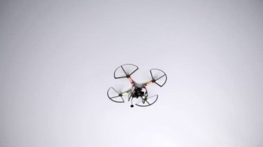 Quadcopter in flight — Stock Video