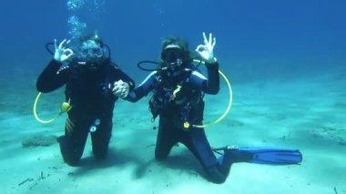 Two scuba Divers having fun — Stock Video