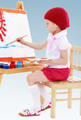 Girl in a red beret sits at his easel and paints the sun. — Stock Photo