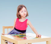 Girl enthusiastically lays out cards — Stock Photo