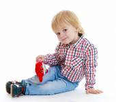 Little boy sitting on the floor teddybear . — Stockfoto