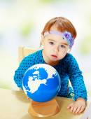 Little girl examines the globe. — Fotografia Stock